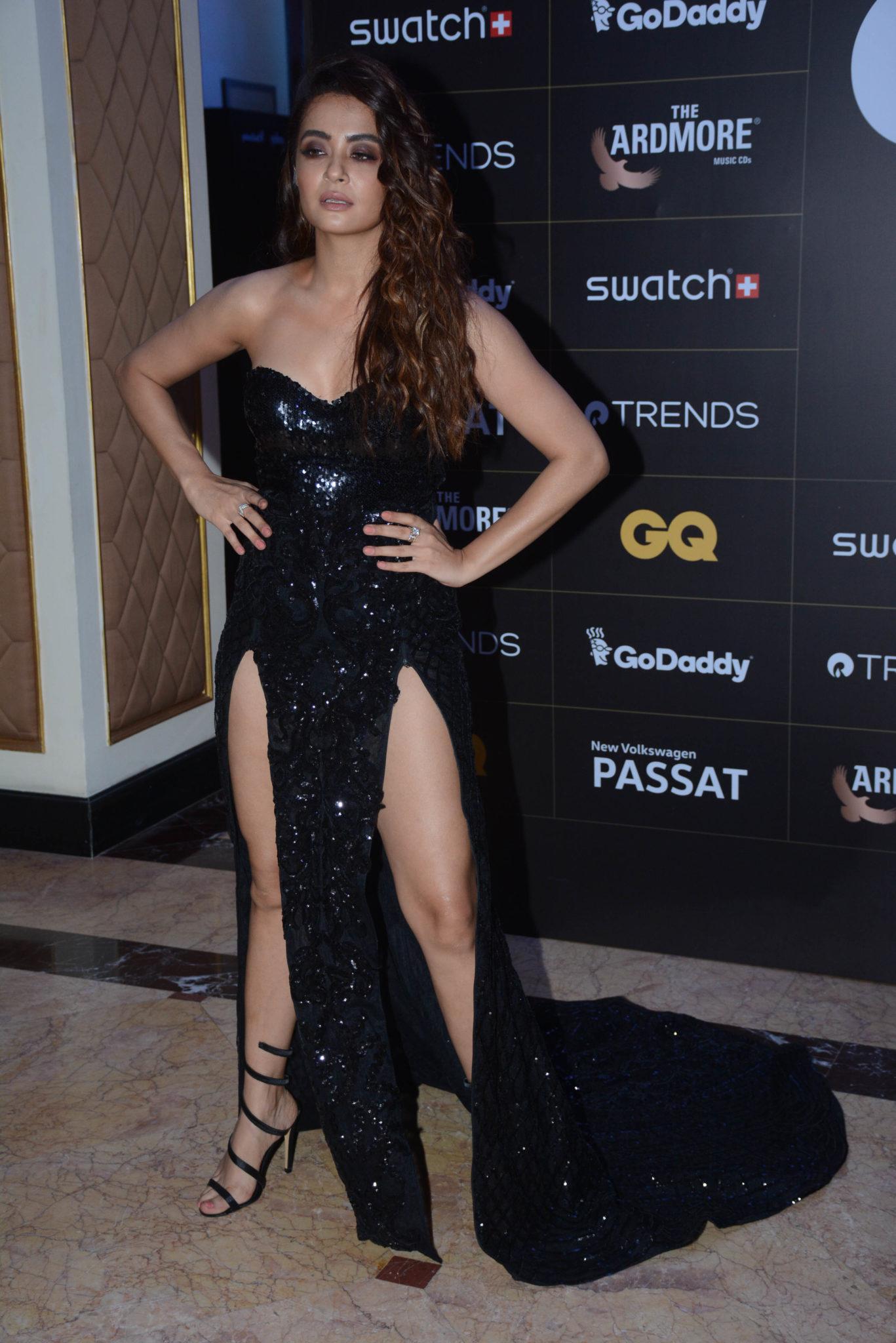 Bollywood Actress,Surveen Chawla,GQ Style Awards,Adjust Dress