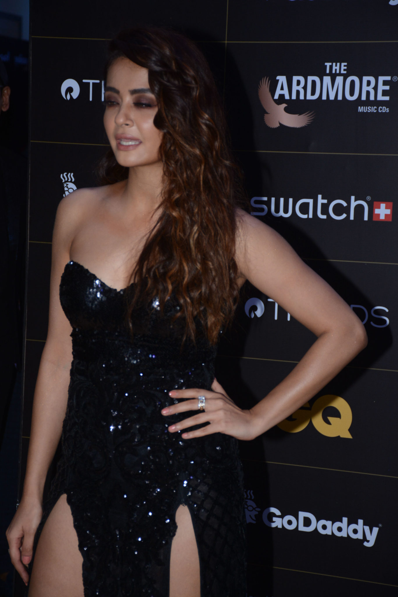 Bollywood Actress,Surveen Chawla,GQ Style Awards,Adjust Dress